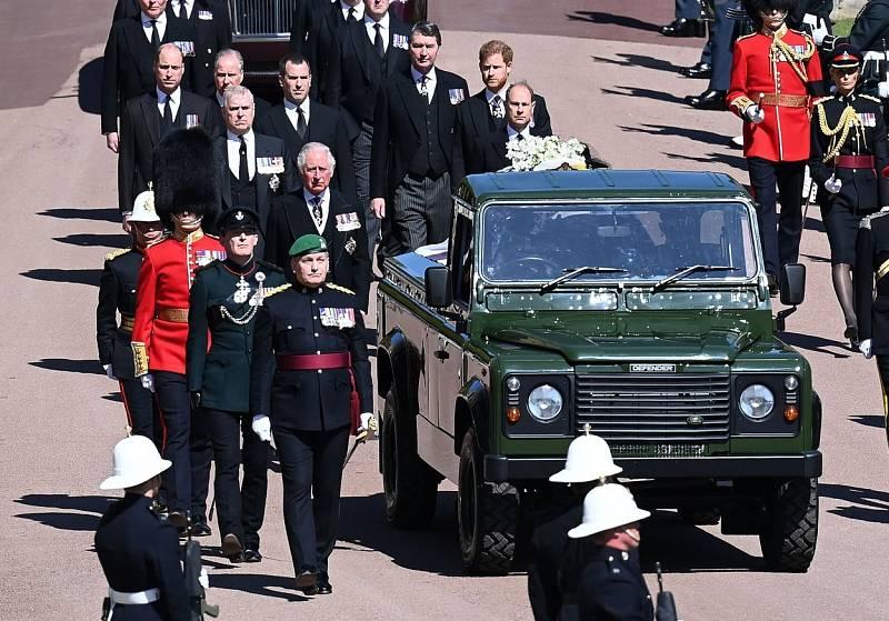 Smuteční průvod dopravil rakev s ostatky prince Philipa ke kapli sv. Jiří ve Windsoru