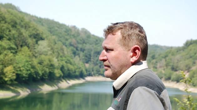 Ředitel Lesní správy Lány Miloš Balák se setkal 26. června 2019 s novináři v Lánské oboře na Kladensku, kde skončila oprava svahů podél nádrže Klíčava (v pozadí).