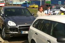 Lobbista a vlivný podnikatel Roman Janoušek podle médií dnes před polednem v Praze – Michli havaroval, a poté ještě srazil řidičku nabouraného auta.