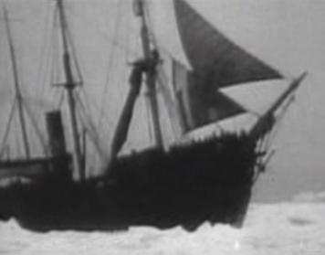 Záběry tuleňářské lodi Viking ze stejnojmenného filmu, který ji po katastrofálním výbuchu dynamitu pohřbil v ledovém moři