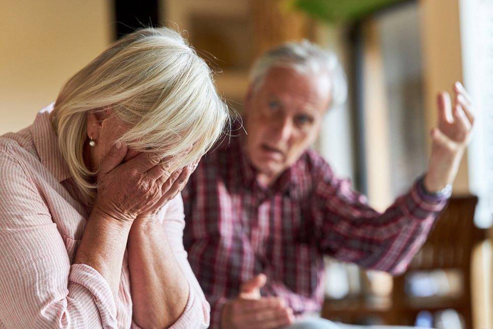 Ve vyšších věkových skupinách se o něco častěji vyskytují důvody jako alkoholismus, rozdíly povah, názorů a zájmů, zdravotní stav nebo špatné zacházení.