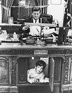 John F. Kennedy Jr. si hraje pod stolem v Oválné pracovně Bílého domu