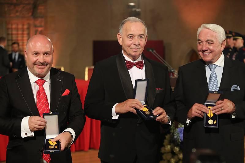 Slavnostní ceremoniál udílení státních vyznamenání. Zleva hudebník Michal David, herci Jan Vyskočil a Jiří Krampol.