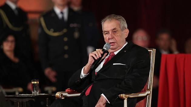 Předávání státních vyznamenání 28. října na Pražském hradě. Prezident Miloš Zeman.