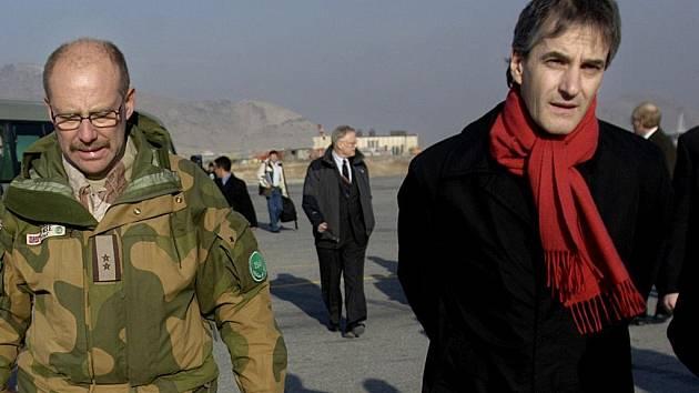 Ministr Stoere (vpravo) po příletu do Kábulu.