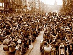 Motorizovaný pluk SS s označením Adolf Hitler příjíždí na Václavské náměstí. 15. března obsadilo nacistické Německo zbytek okleštěné republiky a vznikl Protektorat Böhmen und Mähren.