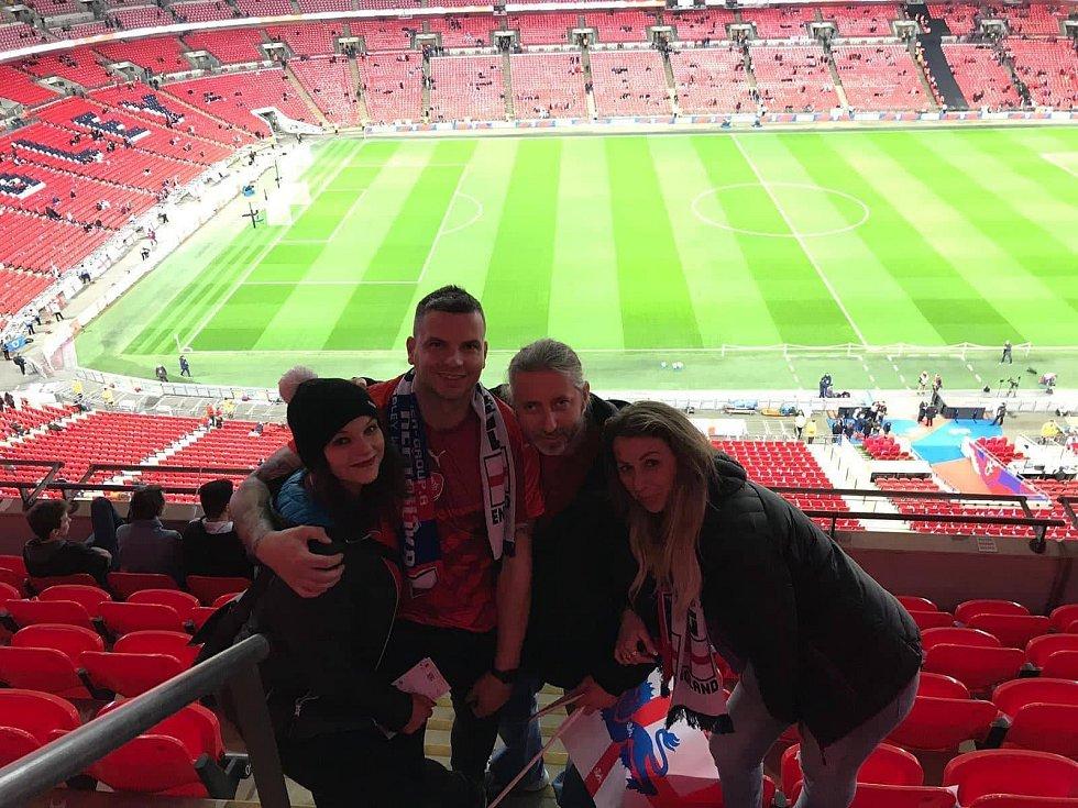 Tepličané ve Wembley. Na fotografii zleva Michaela Lukešová, Lukáš Nosovský, Erika a Michaela Antalovi.