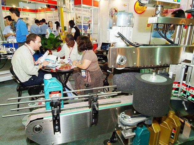 Takhle to na obřím veletrhu Food Machinery and Technology Expo vypadalo vloni, letos už se tam zřejmě všude kolem návštěvníků neslyšně pohybovali roboti...