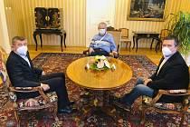 Prezident republiky Miloš Zeman (uprostřed) přijal na zámku v Lánech premiéra Andreje Babiše (vlevo) a ministra vnitra Jana Hamáčka (vpravo).