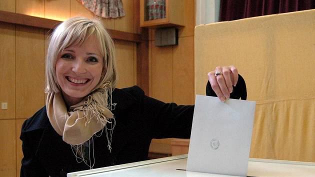 První voličkou v Podolí byla Petra Paroubková
