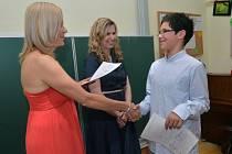 Ministryně školství Kateřina Valachová (ČSSD) se rozhodla připomenout význam malých škol. Také proto dnes rozdávala vysvědčení žákům páté třídy Základní školy Koloděje, která má jen první stupeň.