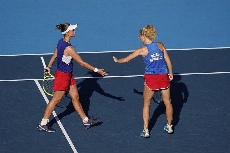 Barbora Krejčíková (vlevo) a Kateřina Siniaková ve finále olympijské čtyřhry.