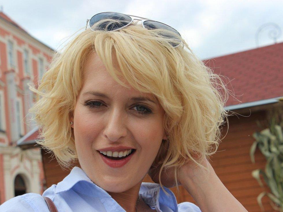 Nový soutěžní pořad ČT Můžeme dál? má dva moderátory. Jedním z nich je Miluše Bittnerová.