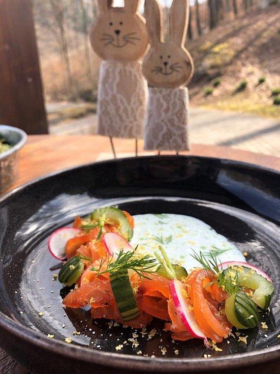 Předkrm z Velikonočního menu boxu: Gravad lax z lososa se sušeným žloutkem, koprovým podmáslí a marinovanou okurkou.
