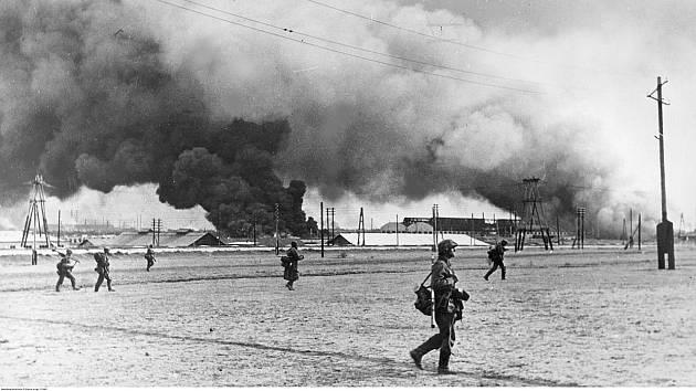 Vojáci německé 1. tankové divize Leibstandarte SS Adolf Hitler vstupují do hořícího přístavu Taganrog na břehu Azovského moře, říjen 1941