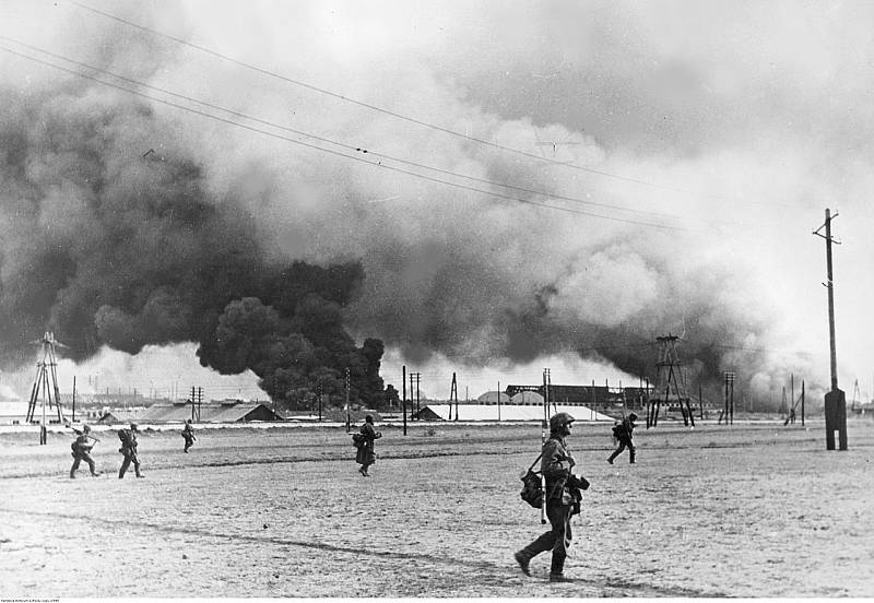 Vojáci německé brigády Leibstandarte SS Adolf Hitler vstupují do hořícího přístavu Taganrogu, říjen 1941