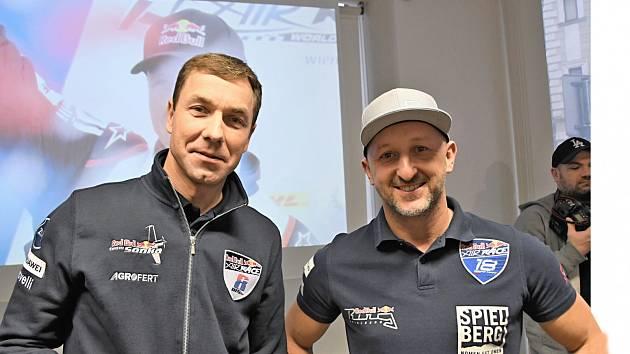 Před startem. Piloti Martin Šonka (vlevo) a Petr Kopfstein vyhlížejí novou sezonu