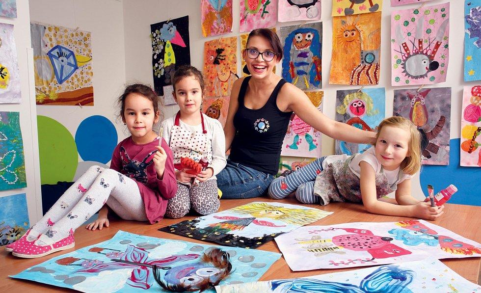 Dana Popelka, zakladatelka Ateliéru Kreativní malování, vede ke kreativitě nejen předškoláky a školáky, ale i dvouleté děti s rodiči.