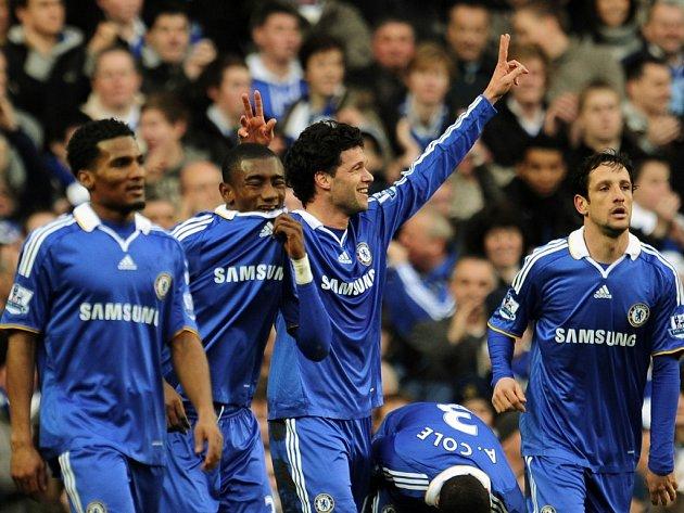 Londýnská Chelsea porazila v 4. kole FA Cupu Ipswich 3:1. Michael Ballack (uprostřed) se trefil hned dvakrát.