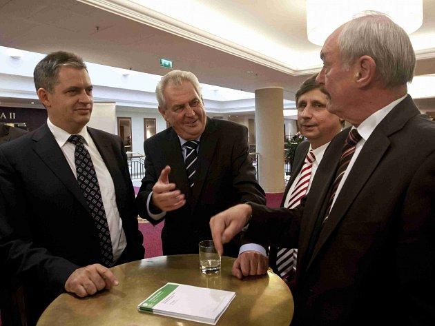 Zleva Jiří Dienstbier, Miloš Zeman, Jan Fischer a Přemysl Sobotka