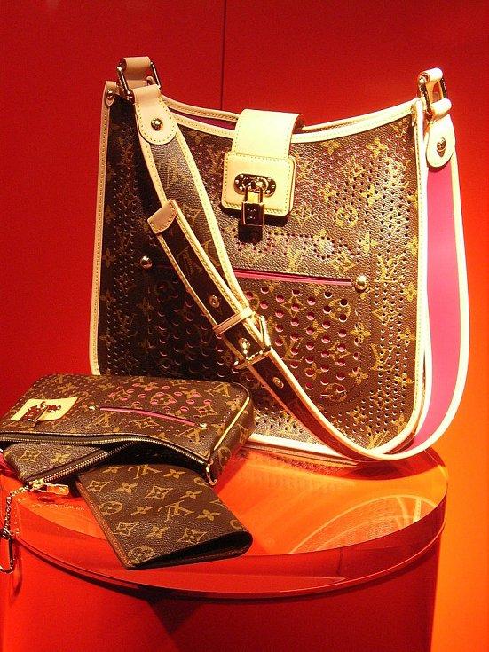 Produkty značky Louis Vuitton s ikonickým potiskem, který navrhl syn Louise Vuittona Georges několik let po otcově smrti.