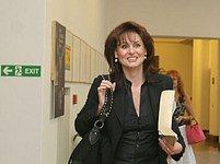 Renáta Vesecká přichází do sněmovny. Za chvíli se do ní opozice opře.