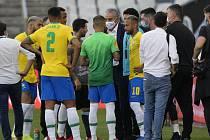 Trenér brazilských fotbalistů Tite, hráč Argentiny Lionel Messi a Neymar z Brazílie v rozhovoru s pracovníky zdravotního úřadu během utkání kvalifikace.