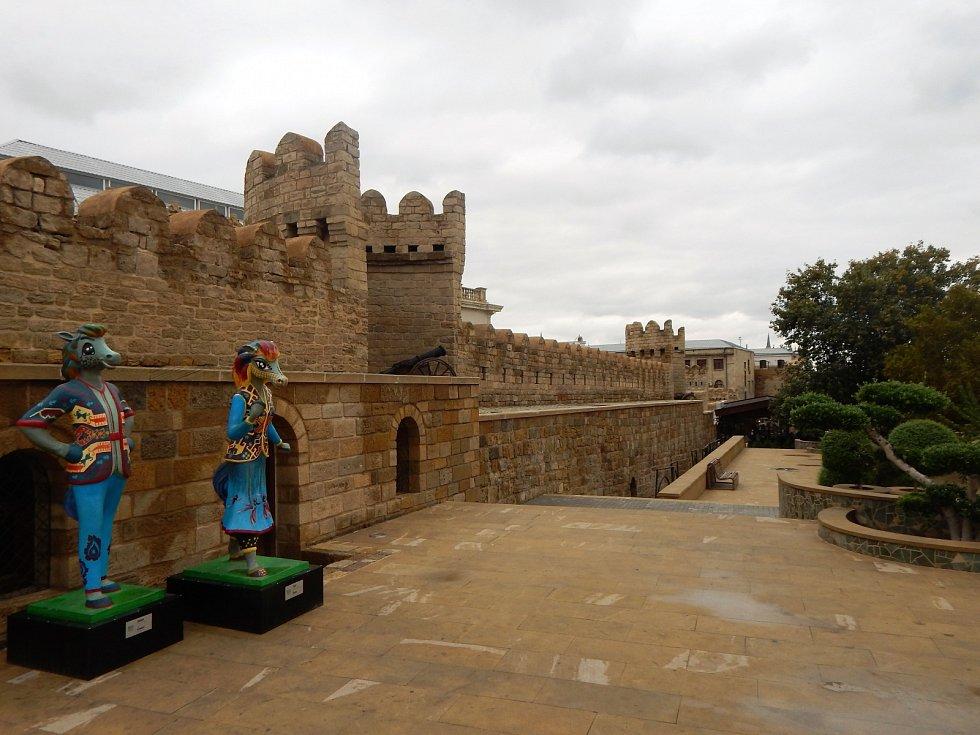 Staré město v Baku, které patří na seznam památek UNESCO. Historie těchto obydlí sahá do 12. století.