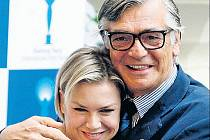 SRDEČNÉ UVÍTÁNÍ. Prezident festivalu Jiří Bartoška v objetí s americkou herečkou Renée Zellwegerovou.