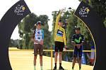Chris Froome (uprostřed) vyhrál potřetí Tour de France. Druhý skončil Romain Bardet (vlevo) a třetí byl Nairo Quintana.