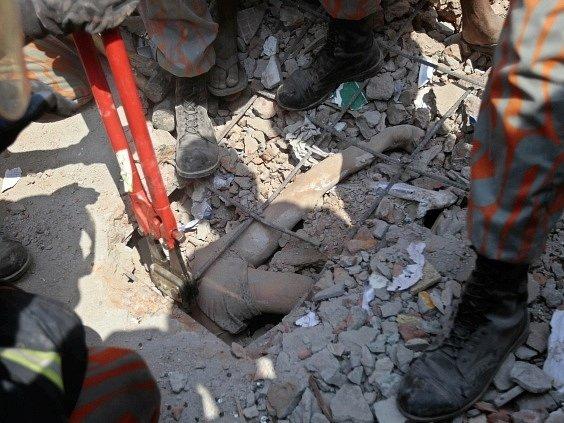 Nedaleko bangladéšského hlavního města Dháky se zřítila osmipodlažní budova. Zemřely desítky lidí