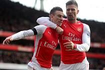 Fotbalisté Arsenalu Laurent Koscielny (vlevo) a Olivier Giroud se radují z gólu proti Stoke.