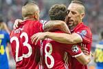 Fotbalisté Bayernu Mnichov (zleva) Arturo Vidal, Juan Bernat a Franck Ribéry se radují z gólu proti Rostovu.