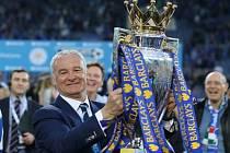 Trenér Leicesteru Claudio Ranieri s trofejí pro vítěze Premier League.