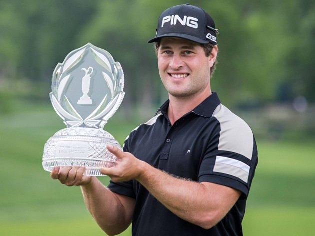 Golfista David Lingmerth s trofejí pro vítěze turnaje PGA Tour Memorial v americkém Dublinu.