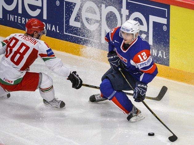 Jevgenij Kovyršin z Běloruska (vlevo) se snaží vypíchnout puk Davidu Rodmanovi ze Slovinska.