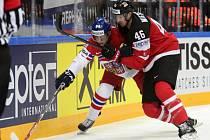 Dominik Simon (vlevo) a Patrick Wiercioch z Kanady.