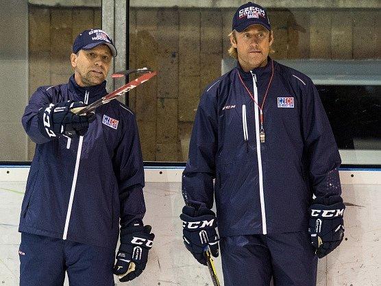 Zleva trenér Josef Jandač a jeho asistent Václav Prospal při tréninku na srazu kandidátů hokejové reprezentace.