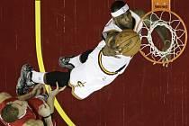 Hvězda Clevelandu LeBron James (vpravo) smečuje proti LA Clippers.