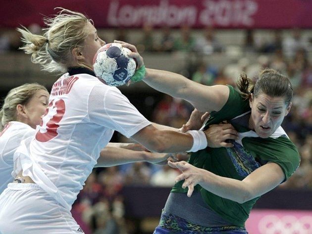 Házenkářka Norska Marit Malmová (vlevo) proti Brazílii ve čtvrtfinále olympijského turnaje v Londýně.