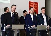 Zleva pražský primátor Zdeněk Hřib (Piráti) a zastupitelé hlavního města Jan Čižinský (Praha Sobě) a Jiří Pospíšil (Spojené síly pro Prahu - TOP 09 a STAN)