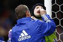 Gólman Chelsea Petr Čech se zranil v zápase s Blackburnem.