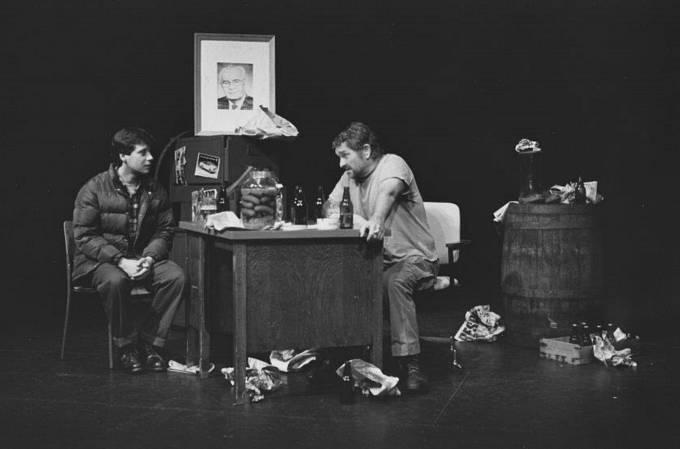 Dr Skála jako sládek, Pavel Kříž jako Vaněk, ve hře V. Havla Audience, Vancouver 1991