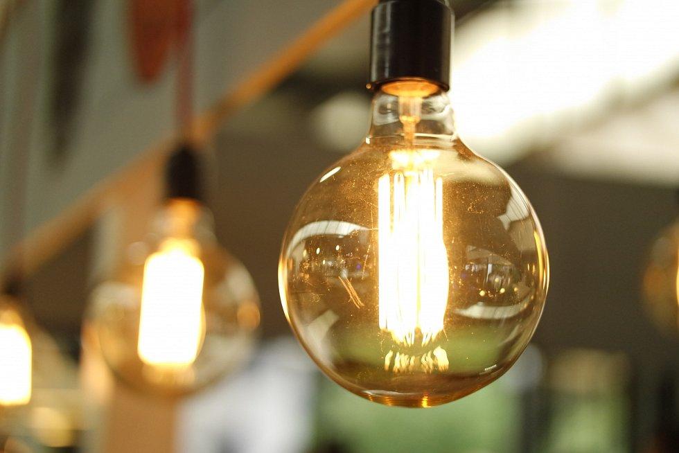 Není třeba hledat správný konektor pro chytrý telefon, ventilátor ani lampa nejsou v elektrické zásuvce. Právě tak může vypadat byt budoucnosti.