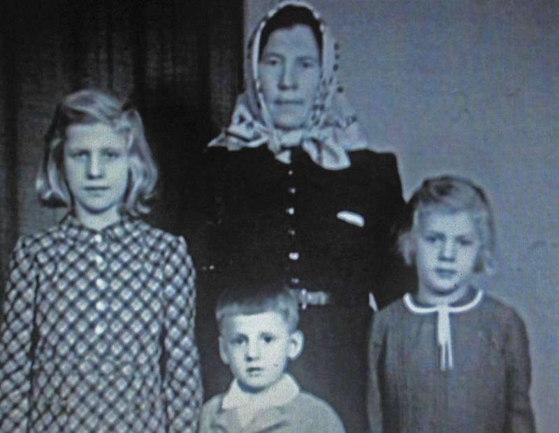 Ferdinand Korbel s maminkou a sestrami