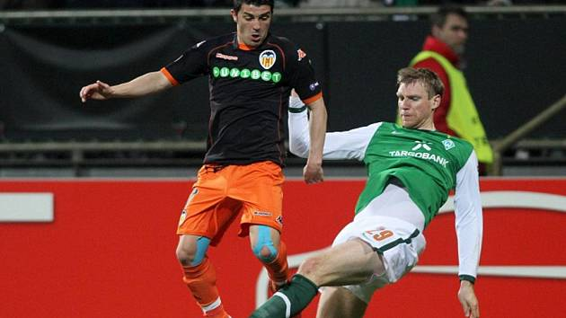 Kanonýr Valencie David Villa (vlevo) v souboji s Per Mertesackerem z Brém v osmifinále Evropské ligy.