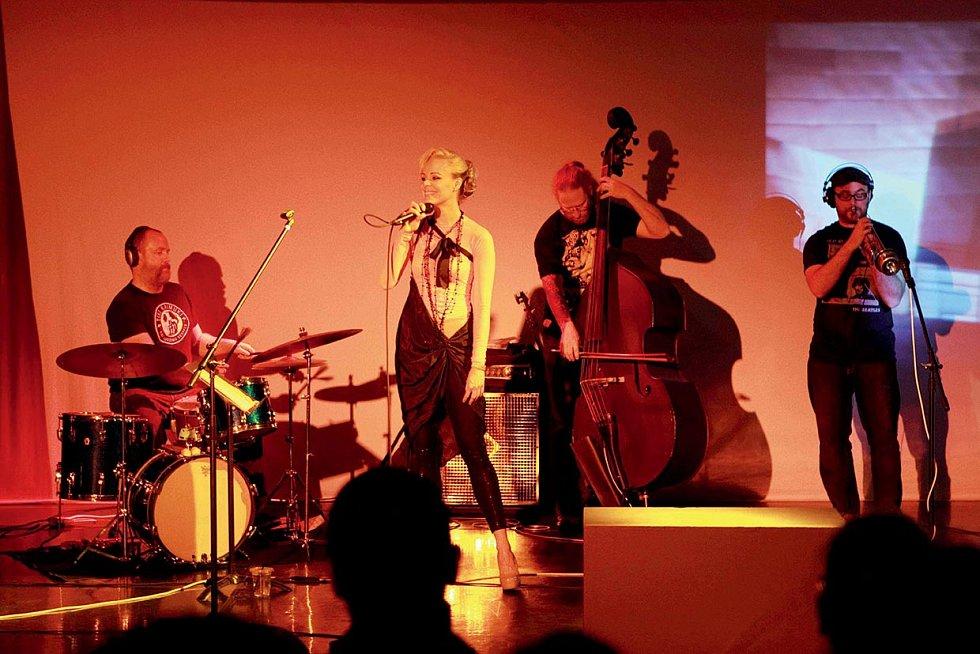 Jana na svém prvním sólovém koncertu v Los Angeles.