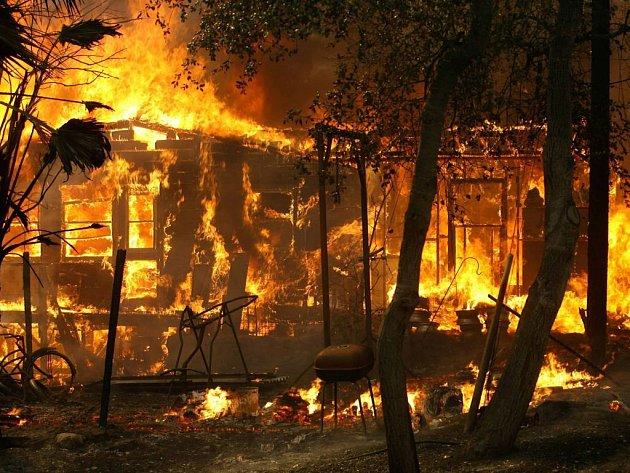 V Kalifornii nadále zuří ničivé požáry.