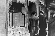 Rozbitá výloha židovského obchodu po Křišťálové noci.
