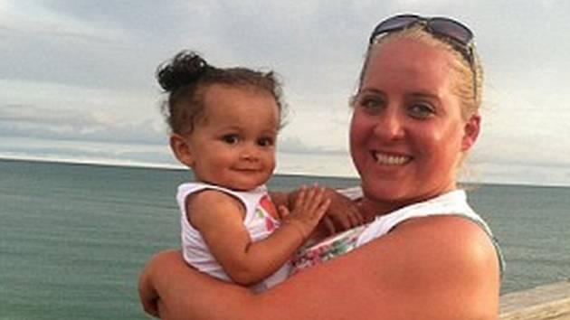 Holčičce Payton jsou sice dnes už tři roky a oba rodiče - lesbičky Jennifer Cramblettová a Amanda Zinkonová – ji nade vše milují, přesto spermabanku za chybu žalují.